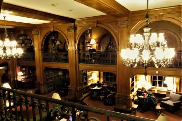 サンボーン・ハウス図書館の壁沿いの小部屋は、一人で集中するにはぴったりの勉強空間である。午後のティータイムの時間には紅茶とクッキーが振る舞われるという伝統も 写真提供:麓えり