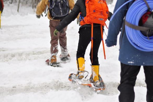 メープルの森に向かうまで。スノーシューズがないと深い雪に足をとられてしまう 写真提供:麓えり