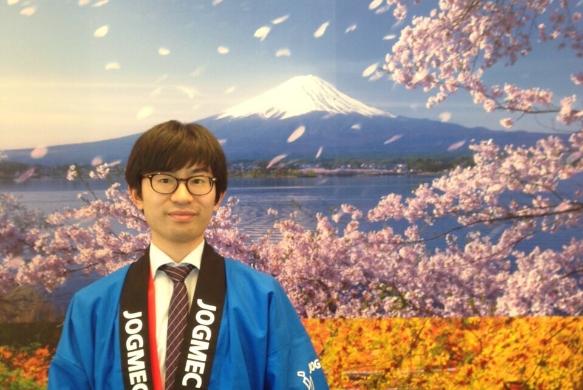 海外の展示会で説明員として活躍したときの写真。「日本の団体であることをアピールするためにハッピに着替えました。ブースを訪れる人の対応はもちろん英語。技術的な説明にも全編英語で対応しました。英語でプレゼンをすることは、社会人であればほとんどの人ができると思います。しかし、展示会のようにどのような質問が飛んでくるかわからない状況ですの対応に苦労する人もいるのではないでしょうか。そういった点では、文法に偏らない実践的な英語力を身につけておくことは重要であると感じます。」