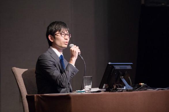 河野さんが勤めている機構が主催した国際会議でセッションモデレータを務めたときの写真。 「通り一辺倒の対応では講演者も飽きてしまうので、できるだけ日本に興味を持ってもらうよう、日本にまつわる話を盛り込みました。」